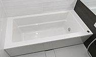 ストレート型の浴槽を採用しました。面の構成を活かした機能美あふれるすっきりとした空間で、快適なバスタイムをお楽しみいただけます。※参考写真