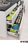 システムキッチンには物が取り出しやすく、開閉もスムーズな、スライド式収納を採用しました。※1