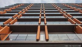 街並みに際立つ洗練された、都市邸宅であること。通りを行き交う人々の目を惹く、輝きを放つガラスのカーテンウォール。表情の異なる素材が織りなす、縦のラインが際立つ建物デザイン。