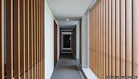 従来のマンションでは玄関や窓まわりに設置されていた、配管やメーター類、エアコンの室外機を外廊下の外壁面に収納することで、外廊下の景観もすっきり。木調のルーバーによりデザイン性を高めています。