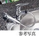 レバー操作ひとつで水量、温度調節可能なシングルレバー水栓を設置。シャワーヘッドを引き出せるので、シンクの掃除などにも便利です。