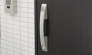 玄関ドアは上下2ヶ所で施錠できるダブルロック仕様としました。不正に解錠しようとしても時間がかかるため、犯罪の未遂率が高まるとされています。