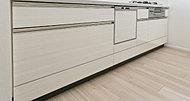 システムキッチンの扉には、光沢が美しいメラミン仕上げを採用しました。