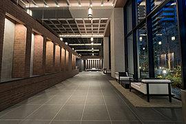 2層吹抜の開放感と細部にまでこだわり抜いた意匠による上質感が、邸宅らしい雰囲気を醸し出す格調高いエントランスホール。