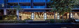 L字のテラスバルコニーと化粧壁が建物に深みのある表情を加える。グランドヒルズとして凝らした意匠は、ここに住まう方の矜持を代弁する。※テラスバルコニーはヒルズAの住戸(1階住戸、A-P145Ms・P130Ns・P130Os・P130Ps・P130Qsタイプ除く)のみ。形状は住戸により異なります。