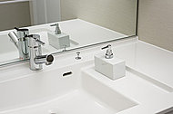 洗面ボウル内に濡れたコップや石けんなどを置けるスペースを設けました。カウンターが汚れにくく、掃除の手間が省けます。