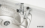 レバーひとつで水量、温度調節可能なシングルレバー水栓を設置。シャワーヘッドを引き出せるので、シンクの掃除などにも便利です。