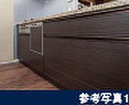 システムキッチンの扉には、光沢が美しいメラミン仕上げを採用しました