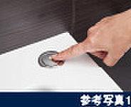 指でワンプッシュするだけで簡単に排水することができるプッシュ式の排水栓を採用しました。