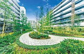 街の誰もが利用できる自由利用空地と居住者専用のプライベートガーデンを合わせ持つ、約1,000m2を超える広々とした中庭空間。