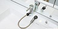 洗面化粧台には、ヘッドが引き出せ、洗面ボウルを洗うときなどに便利なシングルレバー水栓を採用しました。(参考写真)