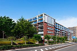 壮大なスケールを得て、405邸の未来を内包する大規模プロジェクト。敷地面積約18,000m2もの壮大なスケールに、緑深い植栽計画や、ひとつひとつに表情の異なる5つの住棟を配した全405邸の大規模環境共生型レジデンス。