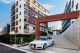 「シティテラス横濱仲町台弐番館」のエントランスに託した想いは、住まう方を柔らかく迎え、ゲストをもてなす迎賓の寛ぎ。