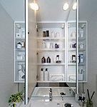 三面鏡の裏側には収納棚を確保。スキンケア用品やヘアケア用品などをすっきり整理できます。 ※2