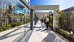 シャターゲートによって守られたオーナーズゲートをくぐると、グランドエントランスホールへ続くアプローチに現れる、ホテルのような上質な車寄せ空間が広がります。