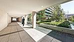 天井高最大約4mのグランドエントランスホール。中庭の緑を美しく切り取るよう、窓の開口は高さを抑えアイレベルの植栽を配し、落ち着いた寛ぎの空間を演出します。
