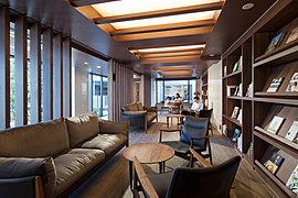 グランドエントランス(AI棟)は開放感のある2層吹抜けの堂々たる構え。住まう方の誇りとなるレジデンスにふさわしい、優雅で上質な佇まいをたたえています。