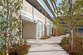 上質な空気を纏う、二層吹抜けの開放的なグランドエントランスホール。