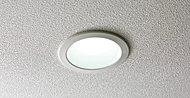 住戸内のダウンライトにはLED照明を採用。従来の白熱灯に比べ寿命が長持ちし、消費電力量とCO2排出量が削減されます。