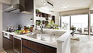 キッチンは奥行き最大約300mmの対面カウンターを採用しました。配膳する前のお料理を仮置きしたり、花を飾ったり、様々な用途で使えます。