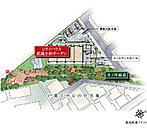 視界に映るのは緑道の木々と低層の住宅地。現地周辺は住居の環境を保護するため、遊戯施設や工場などの建築が原則規制されている「第一種住居地域」。