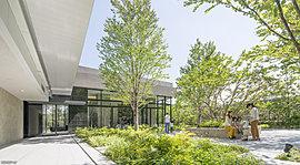 エントランスホールに設けられたラウンジは、思い思いに憩うことができるプレミアムな空間。大きな窓越しに映る緑は、季節の物語を紡ぐ風景となって広がります。