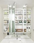 お子様の目線に合わせた三面鏡下鏡を備えた三面鏡付洗面化粧台を採用しました。三面鏡の裏側には収納棚を確保。※1