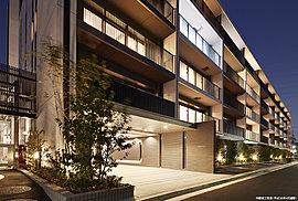 建物デザインは、直線を基調としたシンプルなフォルムでありながら、変化に富んだ豊かな表情を創り出しています。また、色彩や風合いの異なる様々なタイル、ガラスなど多彩なマテリアルを採用することで、刻々と変化する光により、美しい陰影をつくります。