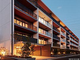 直線的なデザインを基調にしながら、温もりを感じさせる優美なエントランス。スクエアなデザインが、都会的な印象を漂わせるエントランス。