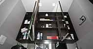 ティッシュボックスがちょうど収まる奥行きを確保した可動棚付き収納。