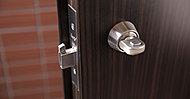 バール等でのこじ開けに強い鎌式デッドボルトを採用。