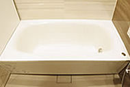 美しい弧を描く、弓形の浴槽を採用。専用風呂フタと浴槽を発泡ポリスチレン断熱材で包んだ保温仕様です。