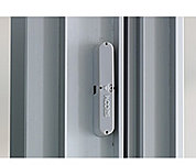 玄関ドアと窓に防犯センサーを設置。(一部の窓を除く)