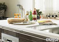 キッチンに清潔で明るい印象をもたらすアクリル人造大理石をカウンターに採用。透明感や耐久性に優れ、お手入れも簡単です。
