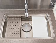 シンクの下段に水切りプレートとオリジナルまな板を設置。シンクの汚れを気にせず、パスタなどのゆでこぼしがプレートの上で行え、衛生的です。