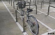 敷地内に収容しやすい平地式のサイクルポート(各住戸専用の自転車置場)を全住戸分確保。屋根付きですので、雨にぬれるのを防ぐのにも役立ちます※1