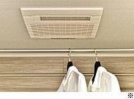 乾燥・暖房・涼風機能に加え、24時間低風量換気機能を備えた浴室換気乾燥暖房機。入浴前の暖房や、雨の日の洗濯物の乾燥等にも重宝します。