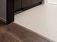 各居室、トイレ、キッチン、洗面室の床段差を少なくしたフラットフロア設計を実現。※玄関の上がり框・バスルーム・バルコニーは除く。