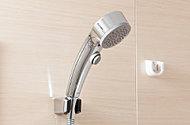 シャワーヘッドやシャワーフックなど水栓まわりは全てメッキを施したメタル調の仕上げ。手元でシャワーのON-OFF操作ができます。