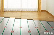 足元からやさしく部屋全体を暖めるガス温水式床暖房を採用。送風音やモーター音、温風による温度ムラや塵の舞い上げの心配もありません。