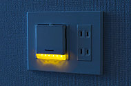 火災や地震等で停電になった際でも安全に避難できるよう足元保安灯を設置。周囲が暗くなると自動点灯し、明るくなると自動消灯します。