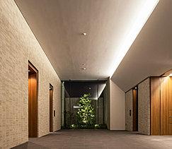 天井が高く開放的な、品格を感じさせる迎賓空間。