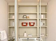 身だしなみをチェックしやすい大型三面鏡。裏面は小物類が整理できる収納スペースです。