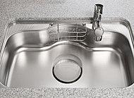 大型調理器具を洗いやすいワイドサイズのシンクを採用。水はね音を低減する特殊加工を施すことで、騒音の少ない静かなキッチンを実現しました。