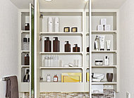 三面鏡の裏側に洗面小物や化粧品などをしまえるスペースをご用意しました。カウンターまわりをすっきりとした空間に仕上げます。