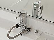 お湯のムダを抑えるエコハンドルと便利な引出式吐水口。