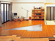 輻射熱で足元から空間全体を温めて、空気も汚しません。※キッチン・リビングのみ