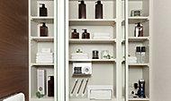 洗面小物やティッシュボックスなどを収納したり、シェーバーや電動歯ブラシも充電できる、鏡裏全体に設けた収納スペース。