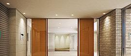 床と壁は趣深い質感を湛えたタイルで仕上げ、重厚感のある木目仕様のドアも採用し、格調高い表情を創出。