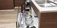大きく引き出せるので収納した調理器具などをひと目で確認しやすく、奥の物もスムーズに出し入れできます。